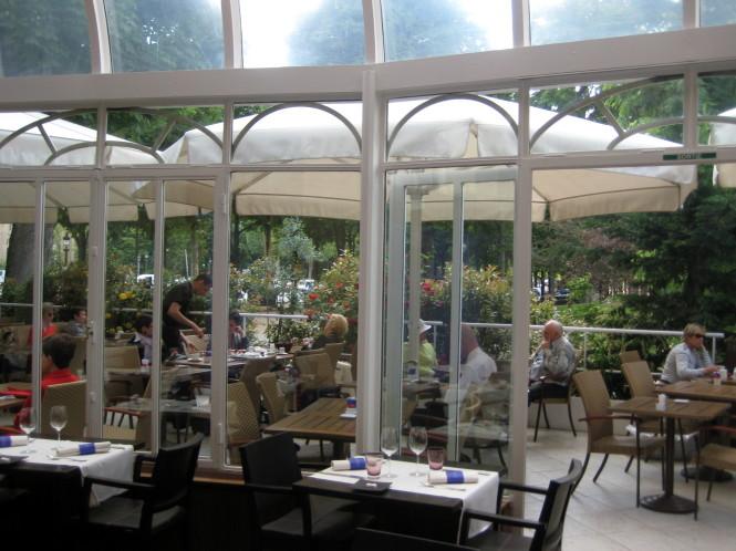Patio externo. Lembrando que todo o espaço é usado de manhã para café da manhã, funciona também como almoço, a tarde salão de Chá e a noite jantar.