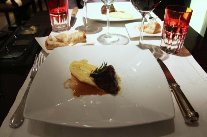 Medalhão de Kobe, mousseline de batata ao azeite de oliva extra virgem.