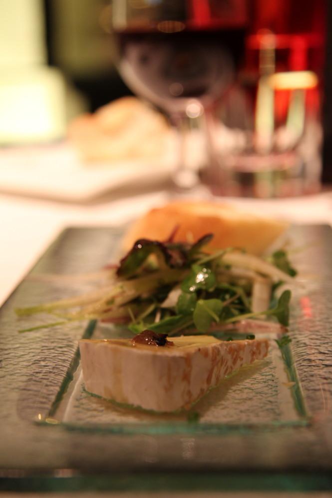 Queijo Brie a la Trufa negra, folhas de parreira, mescla de brotes e endivias frecas.
