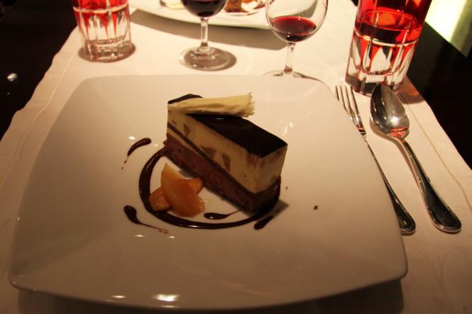 Mousse de Chocolate e Pralinê, coração de peras confitadas e especiarias.