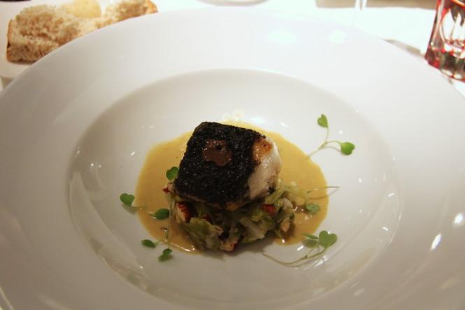 Merluza negra à lenha e trufa. Velouté de ostras frescas, fondue de alho poró e avelãs.